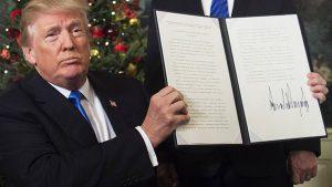 Donald Trump présentant le mémo de sa déclaration sur la reconnaissance par les États-Unis de Jérusalem en tant que capitale d'Israël, mercredi 6 décembre